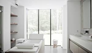 Badkamer: moderne Badkamer door Piet-Jan van den Kommer