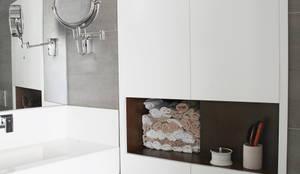 Zona de armario en baño: Baños de estilo moderno de Interiorismo Paloma Angulo