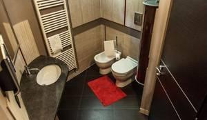 Banheiros modernos por UAU un'architettura unica