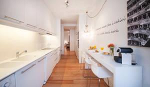 white kitchen: Cozinhas minimalistas por Home Staging Factory