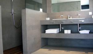 MICROCEMENTO  TKROM en baños: Baños de estilo moderno de BADACOLOR S.L.