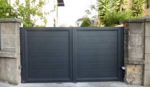 Puertas y ventanas de estilo moderno por Puertas Lorenzo, s.a