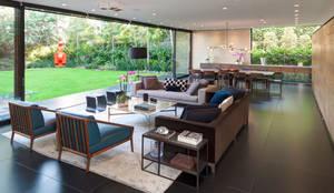 Livings de estilo minimalista por grupoarquitectura