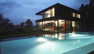 House HU: Maisons de style de style Moderne par CONIX RDBM Architects