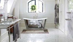 Bagno in stile in stile Scandinavo di Drummonds Bathrooms