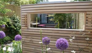 Modern English Garden - cedar window screen: modern Garden by Rosemary Coldstream Garden Design Limited