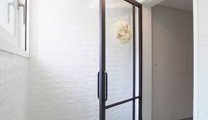 modern Corridor, hallway & stairs by MID 먹줄