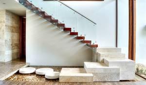 CASA JT: Pasillos y recibidores de estilo  por Ancona + Ancona Arquitectos