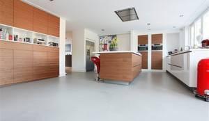 Gietvloer Keuken Houten : Grijze gietvloer in combinatie met de kvik mano keuken met houten