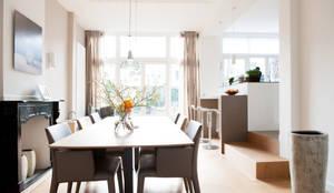 Eetkamer met open keuken:  Eetkamer door Studiohecht,
