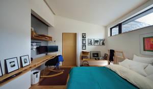 小さな平屋: 岩田建築アトリエが手掛けた書斎です。