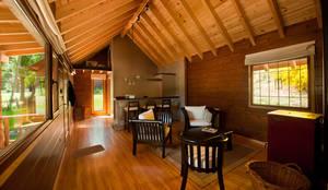 Otros interiores de Patagonia Log Homes: Comedores de estilo  por Patagonia Log Homes