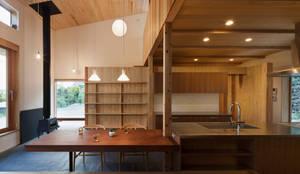 キッチン+造作テーブル: HAN環境・建築設計事務所が手掛けたキッチンです。