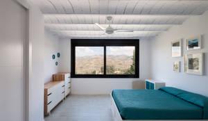 minimalistic Bedroom by ariasrecalde taller de arquitectura
