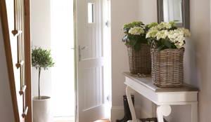 Pasillos, vestíbulos y escaleras de estilo rural de Emma & Eve Interior Design Ltd