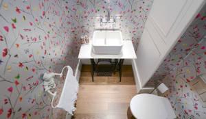 Baños de estilo clásico por Grand Design London Ltd