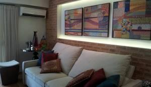 Apart em Ipanema: Salas de estar  por Ana Adriano