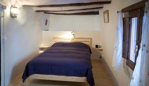 La casa de Karen -11: Dormitorios de estilo rústico de FGMarquitecto