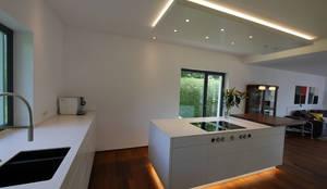 Moderne Küche mit Insel von teamlutzenberger   homify   {Küchen modern insel 54}