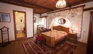 Dormitorios de estilo mediterraneo por Hoyran Wedre Country Houses