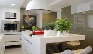 Cocinas de estilo moderno por ROMERO DUARTE & ARQUITETOS