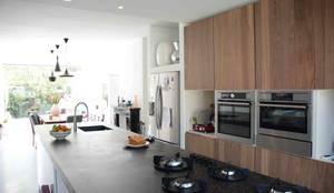 keuken:  Keuken door TIEN+ architecten,
