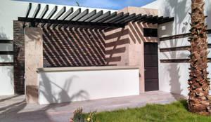 Jardines de estilo moderno por Arq. Juan M Gamiz Herrera (Acrópolis Arquitectura)