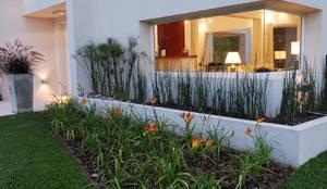 Jardins modernos por Estudio de Arquitectura Clariá & Clariá