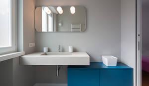 Baños de estilo minimalista por ristrutturami
