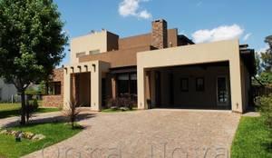 Fachada Frente: Casas de estilo  por Opra Nova