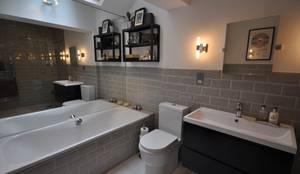 Baños de estilo moderno por The Lady Builder