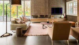 DesignGietvloer in een sfeervolle woonkamer www.designgietvloer.nl: moderne Woonkamer door Design Gietvloer