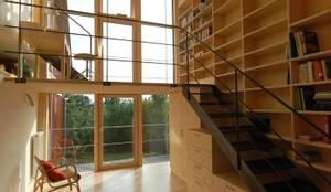 einsatz von dreischichtplatten für galerie, bücherregale und ladenkorpusse: landhausstil Wohnzimmer von allmermacke