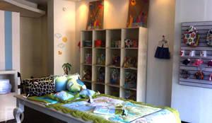 Exhibidor de juguetes y mesa para productos.: Oficinas y tiendas de estilo  por ESTUDIO FD