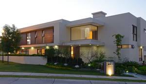 Casas de estilo moderno por VICTORIA PLASENCIA INTERIORISMO