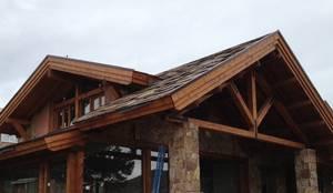 exterior de casa de piedra con cubierta de madera