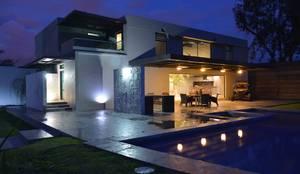 Casa Palenque: Terrazas de estilo  por Con Contenedores S.A. de C.V.,