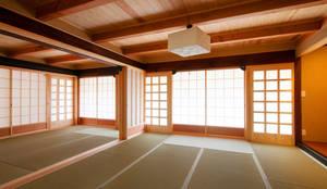 暗くしない続き和室の耐力補強  Las paredes resistentes a los terremotos, pero no oscurecen la habitación: アグラ設計室一級建築士事務所 agra design roomが手掛けたリビングです。