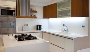 Julian Alvarez 2314: Cocinas de estilo moderno por GrupoKWZ