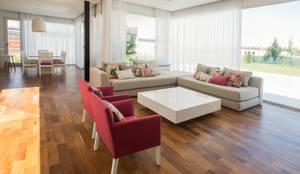 ห้องนั่งเล่น by VISMARACORSI ARQUITECTOS