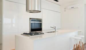 Casa C Puerto Roldan: Cocinas de estilo moderno por VISMARACORSI ARQUITECTOS