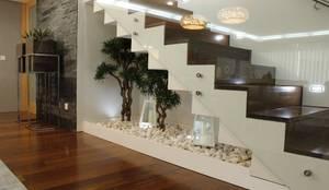 Couloir et Hall d'entrée de style  par HC Interiores