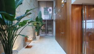 吹抜けとトップライトで明るい玄関: 株式会社 中村建築設計事務所が手掛けた玄関・廊下・階段です。