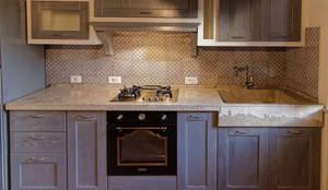 Cucina rustica con lavello e piano cucina in pietra by ...