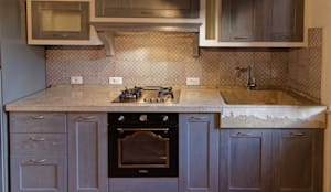 Cucina rustica con lavello e piano cucina in pietra von CusenzaMarmi ...