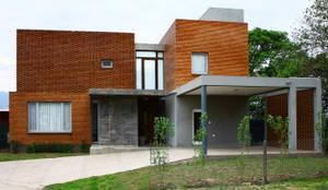 Vivienda Unifamiliar en Yerba Buena: Casas de estilo  por AGUIRRE+VAZQUEZ