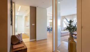 Pasillos, vestíbulos y escaleras de estilo  por Traço Magenta - Design de Interiores