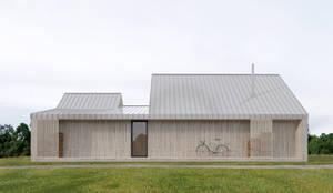 Casas prefabricadas de estilo  por INT2architecture, Escandinavo Madera Acabado en madera