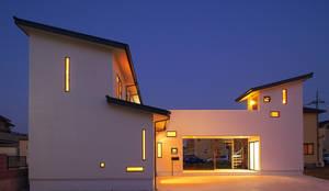 庭も楽しむ家: キクチヒロフミ/アースワーク一級建築士事務所が手掛けた家です。