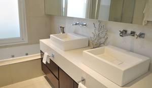 Main bathroom: Baños de estilo moderno por Ramirez Arquitectura